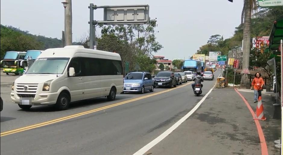 阿里山公路發生車禍,只能單向通行,時值假日造成車流回堵大塞車。(警方提供)