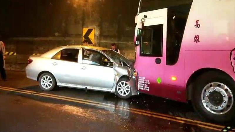 阿里山公路發生車禍,轎車撞上對向遊覽車,造成車頭潰縮全毀,車上5名乘客受傷。(警方提供)