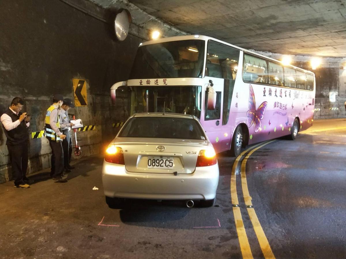 警方懷疑小轎車跨越雙黃線,疑似不當超車撞上遊覽車釀禍。(警方提供)