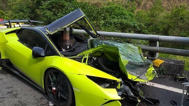 藍寶堅尼駕駛受困車內。(消防局提供)