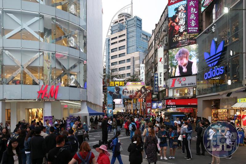 西門町在北市6大商圈中一枝獨秀,平日下午逛街人潮擠爆街頭。