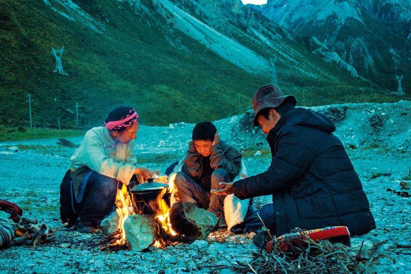 藏族女子俄瑪拖著病體,攜兒與現任丈夫赴拉薩還願,這對繼父子雖然不合,卻也執意陪女主角走完最後人生。(海鵬提供)