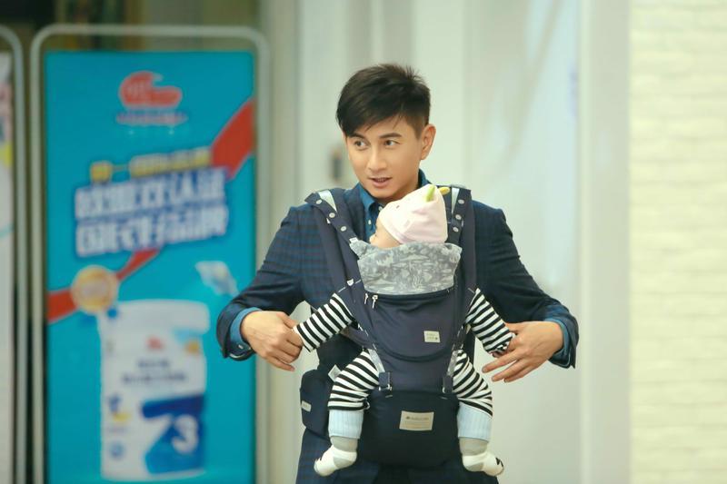 吳奇隆抱著嬰兒搶當新手爸爸。(八大提供)