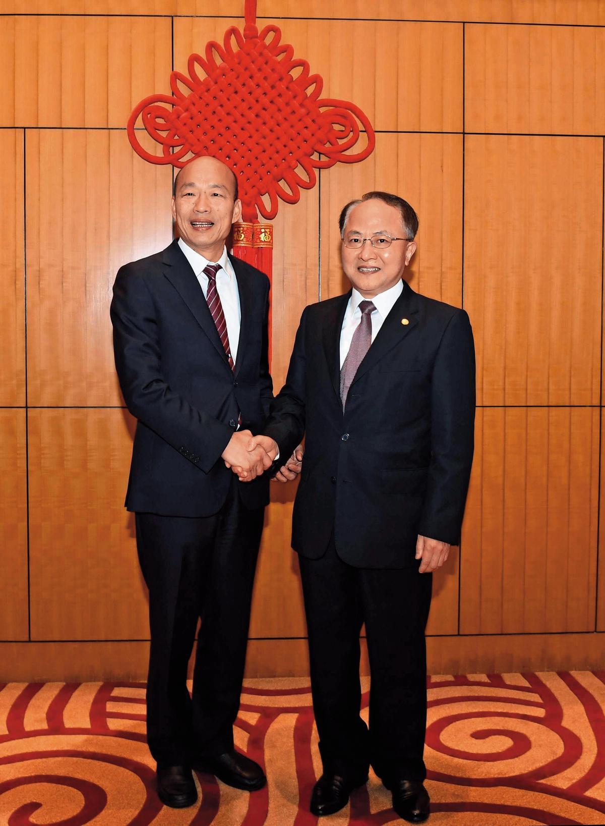 韓國瑜(左)訪問香港時進入中聯辦會見主任王志民(右)引發爭議,蔡英文總統隔海要求陸委會修法管理。(翻攝中聯辦官網)