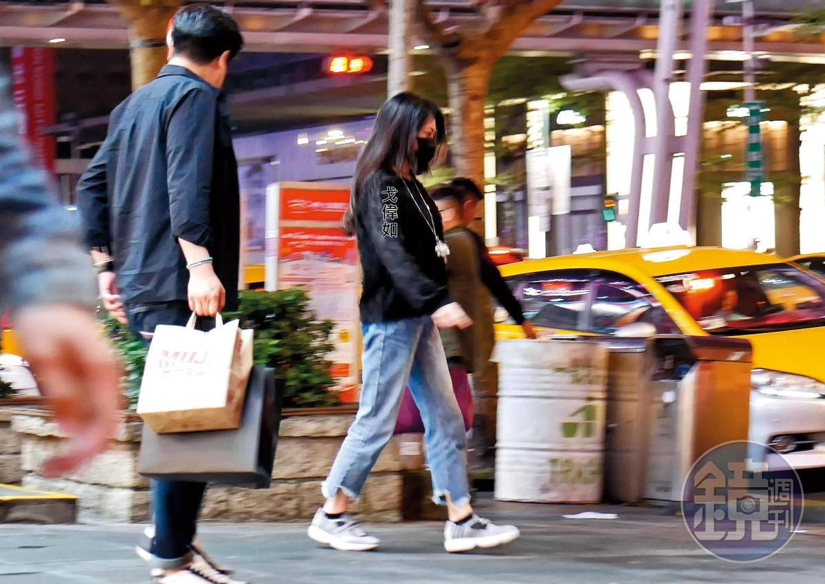 3/23 00:01 男友手上提著大包小包,戈偉如率先走去攔計程車。