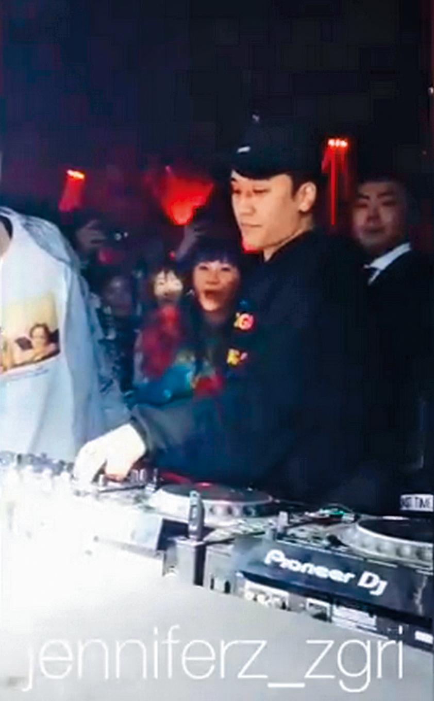 勝利進行DJ表演,于太在他身後的最佳觀賞位置。(翻攝自jenniferz_zgri IG)