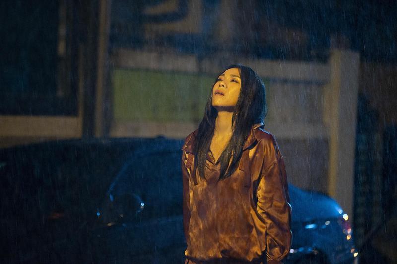 蔡健雅拍攝〈遺書〉MV挑戰一鏡到底,還得在大雨中多次淋雨。(環球提供)