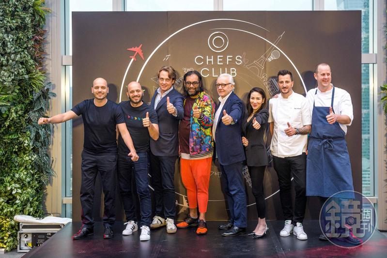 「Chefs Club Taipei」記者會上名廚齊聚一堂,入境隨俗比出大姆哥讚的手勢站台。(由左至右:「Sühring」德國雙胞胎主廚Mathias Sühring、Thomas Sühring、「Chefs Club」創辦人Stephane De Baets、「Gaggan」主廚Gaggan Anand、「法國世紀廚神」Alain Ducasse、Chefs Club亞洲營運總監MJ、杜卡斯得意門生Wilfrid Hocquet、美國名廚Matthew Kirkley。)