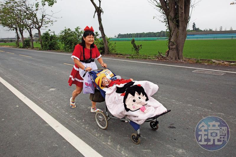 單親媽媽陳嘉齡帶著腦麻兒「小比」,2年跑過134場路跑,每每都會盛裝出場。