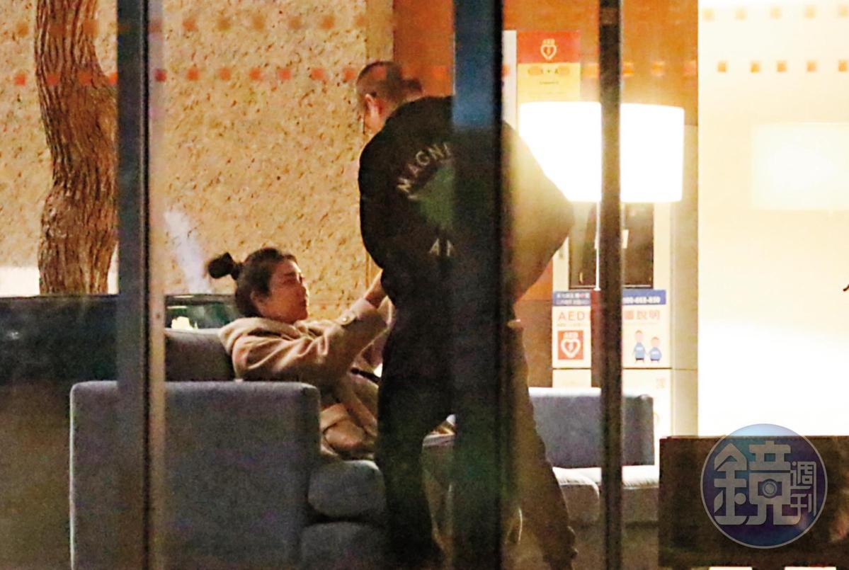 4/2 00:20 紫薇(左)在黃立成家的大廳等候,黃立成返回家中把紫薇的愛犬抱下樓給她。