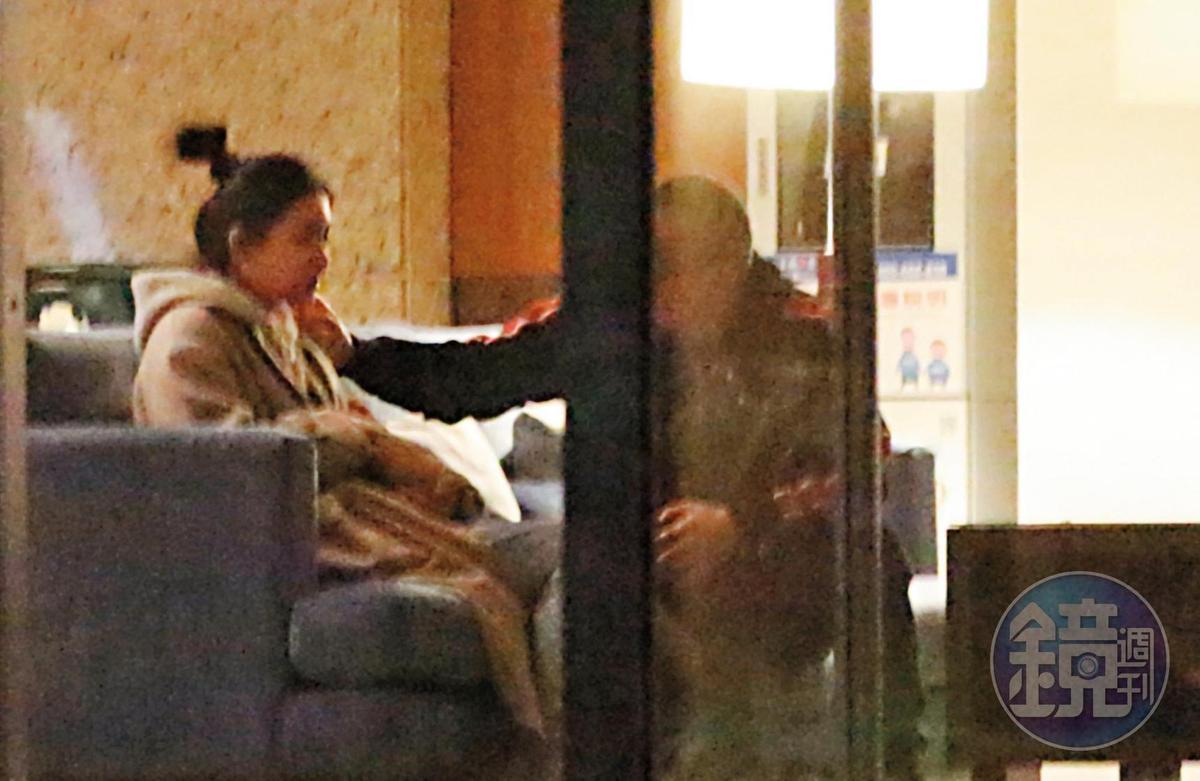 00:21 兩人邊玩狗邊聊天,黃立成親暱地伸手摸上紫薇的臉蛋,關係頗為可疑。