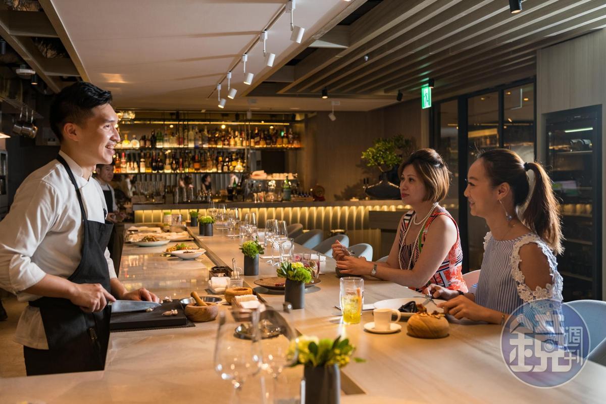 在Impromptu by Paul Lee坐在有如日料餐廳的板前,可直接感受料理者的料理觀點及技藝。