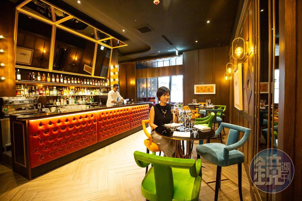 Daimon.犇 廚魔館請來專業調酒團隊進駐前菜區的吧台。