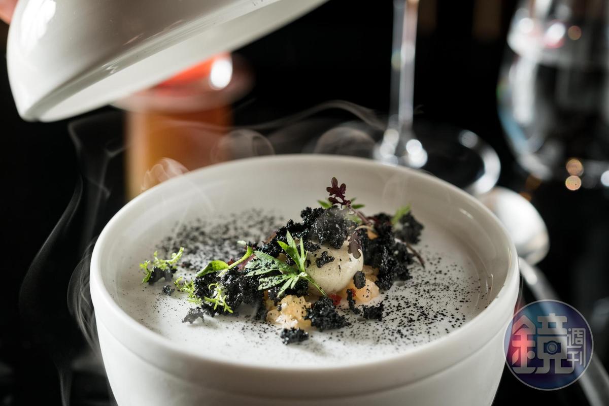 「香樂園」以分子廚藝呈現臭豆腐的氣味與酥脆口感。