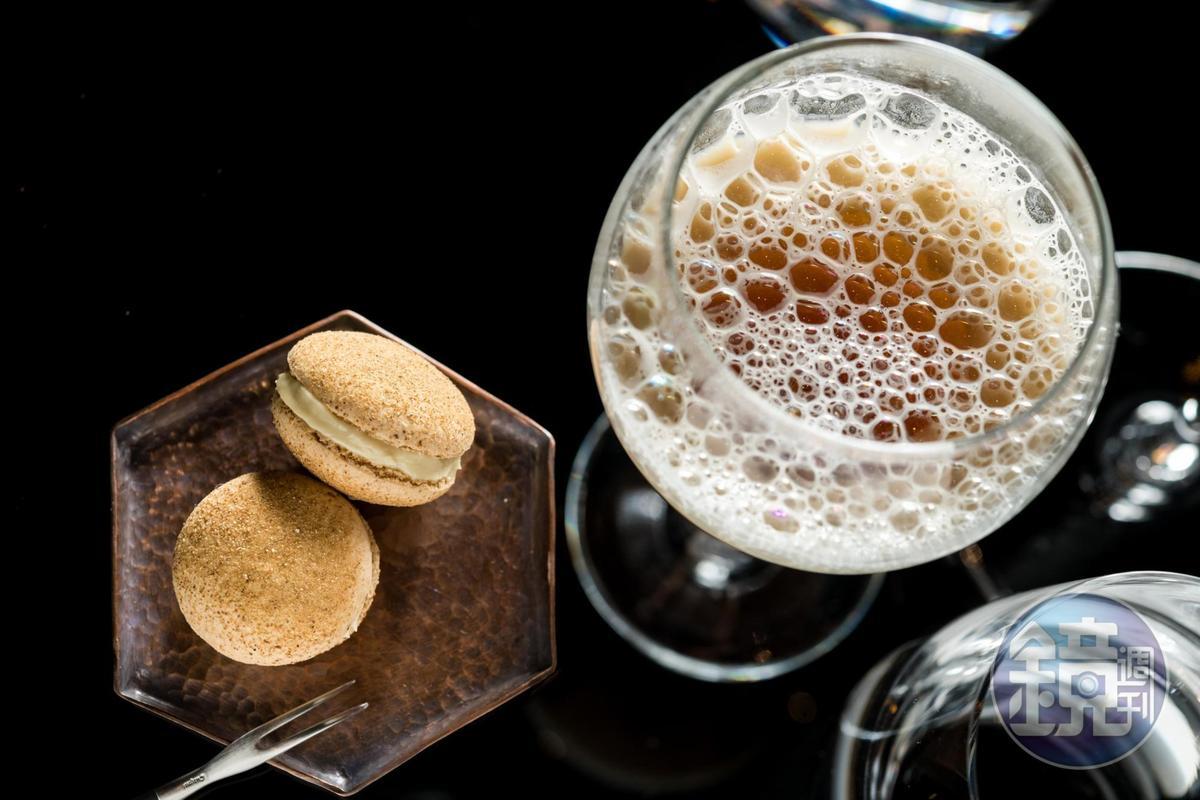 前菜「暖身啤酒、鳳梨苦瓜龍」運用分子廚藝解構薑母鴨與鳳梨苦瓜雞。