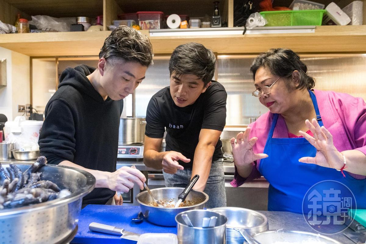 Richie(左)和Ton(中)2位主廚與baan曼谷店的媽媽主廚一起研發新菜單。