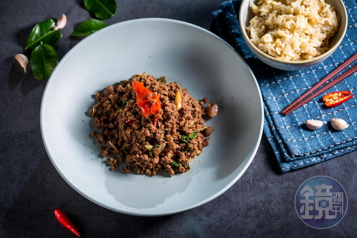「嘎拋牛肉」是Ton主廚的最愛。刻意炒得乾爽,以小茴香和香菜籽製作的香料粉賦味。