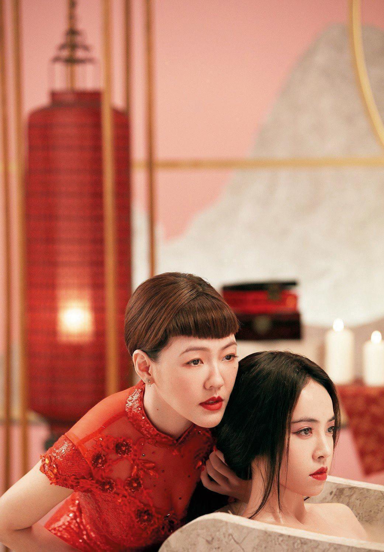 蔡依林(右)和小S(左)在新歌〈紅衣女孩〉中,飾演一對閨密。(索尼音樂提供)