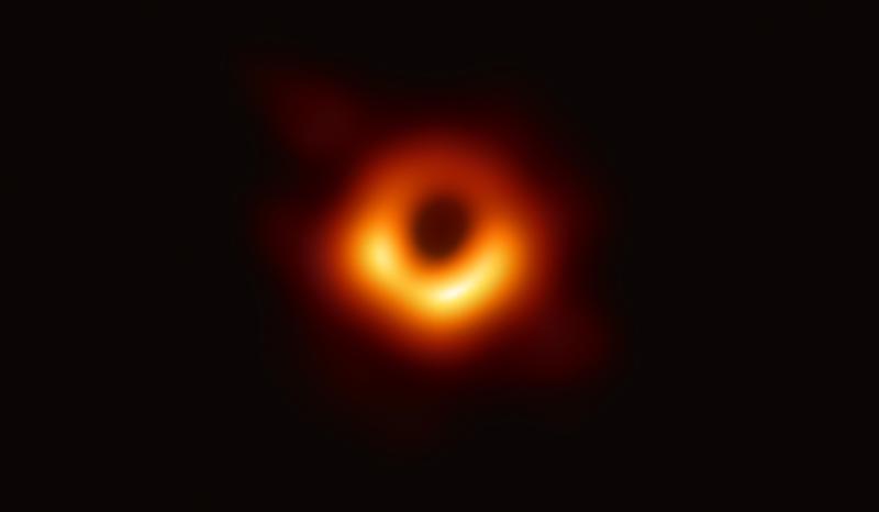 由我國中研院與全球5個城市共同參與拍攝的全球第一張黑洞影像曝光。(EHTCollaboration提供)