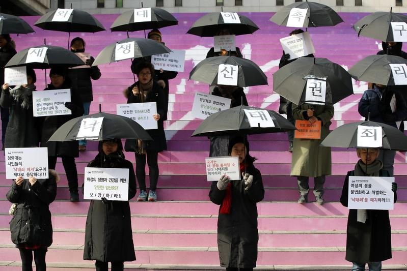 2017年贊成合法墮胎的韓國女性用「表演藝術」的形式來呼籲廢除「墮胎罪」。(東方IC)