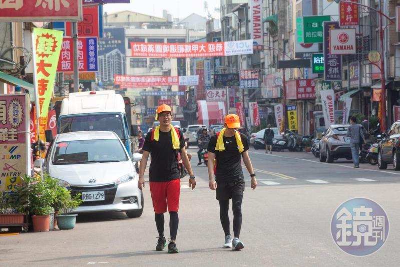 白沙屯媽祖進香時,沿路民眾會準備豐富物資,為香客加油打氣。杜鴻志(左)豪邁說:「你人來就好,什麼吃的喝的都不用擔心。」