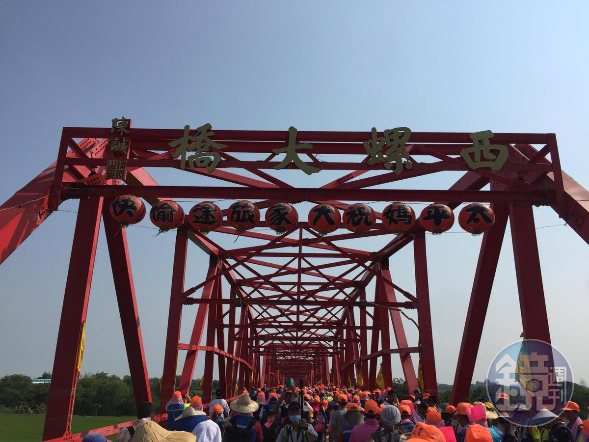 跟著白沙屯媽祖進香最讓人津津樂道的一段故事,就是徒步涉水渡過濁水溪。
