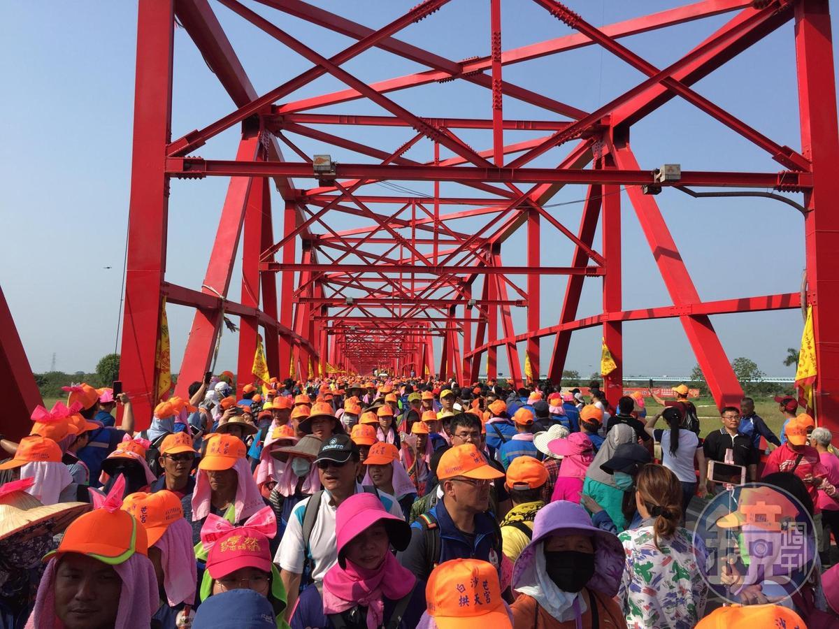 早年沒有西螺大橋,白沙屯進香必須涉水渡過獨水溪,後來興建西螺大橋後,媽祖幾乎都會走橋上,行程也輕鬆許多。