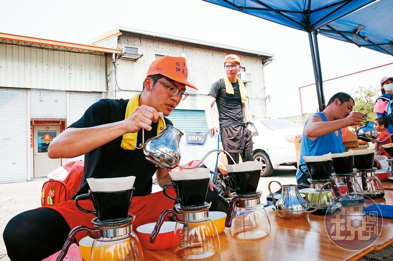 相較於沿路信眾主動供應的礦泉水和罐裝飲料,杜鴻志(左)堅持提供高品質咖啡豆,並現場手沖,一點都不馬虎。