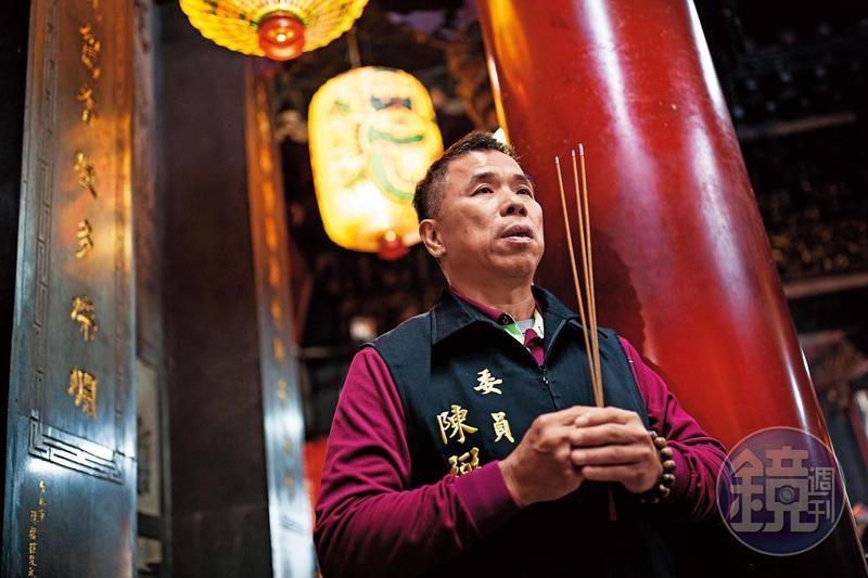 陳弼宏和我們約在拱天宮碰面,進廟第一件事,就是撚香拜拜。