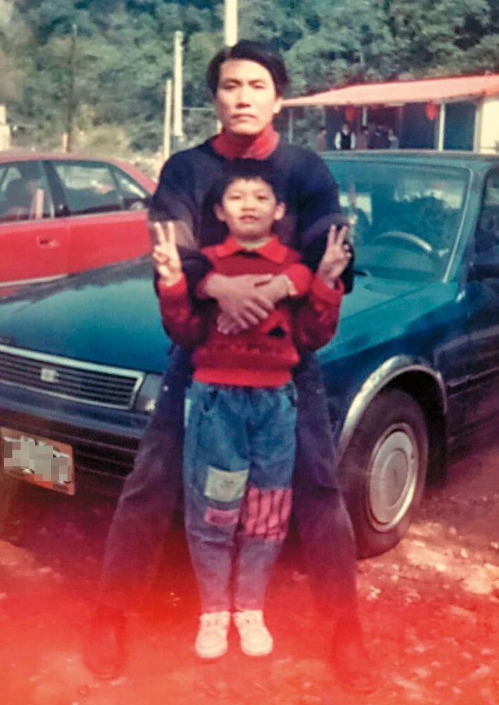 杜鴻志(前)聽過父親(後)徒步進香3年還願,第4年因工廠忙碌中斷,媽祖大轎就在啟駕不久後繞到父親的工廠,不停撞父親的藍色轎車達半小時,直到父親決定收拾行李去進香,媽祖才繼續上路。(杜鴻志提供)