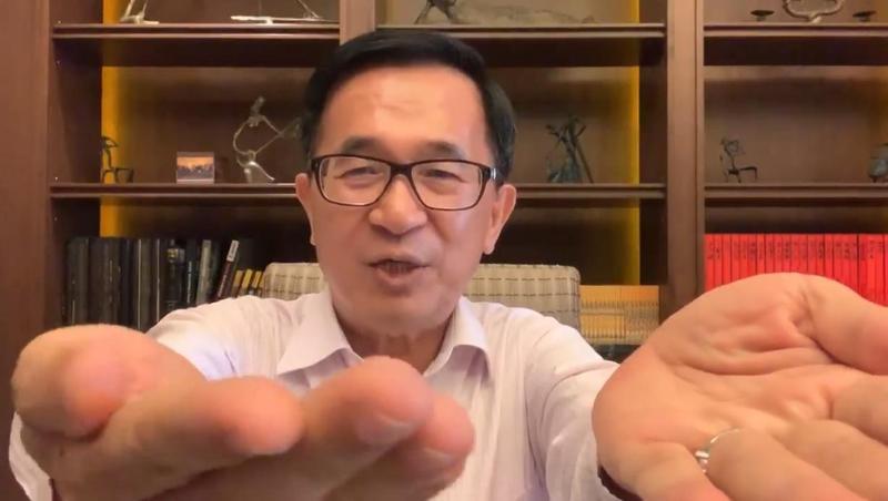 前總統陳水扁拍影片,證明自己的手抖症。(翻攝自陳水扁新勇哥物語臉書)