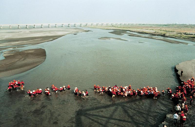 濁水溪是台灣最長的河川,河面寬闊,水勢湍急,在西螺大橋建好前,進香渡過這段河面是非常危險的事情。(白沙屯田野工作室提供)
