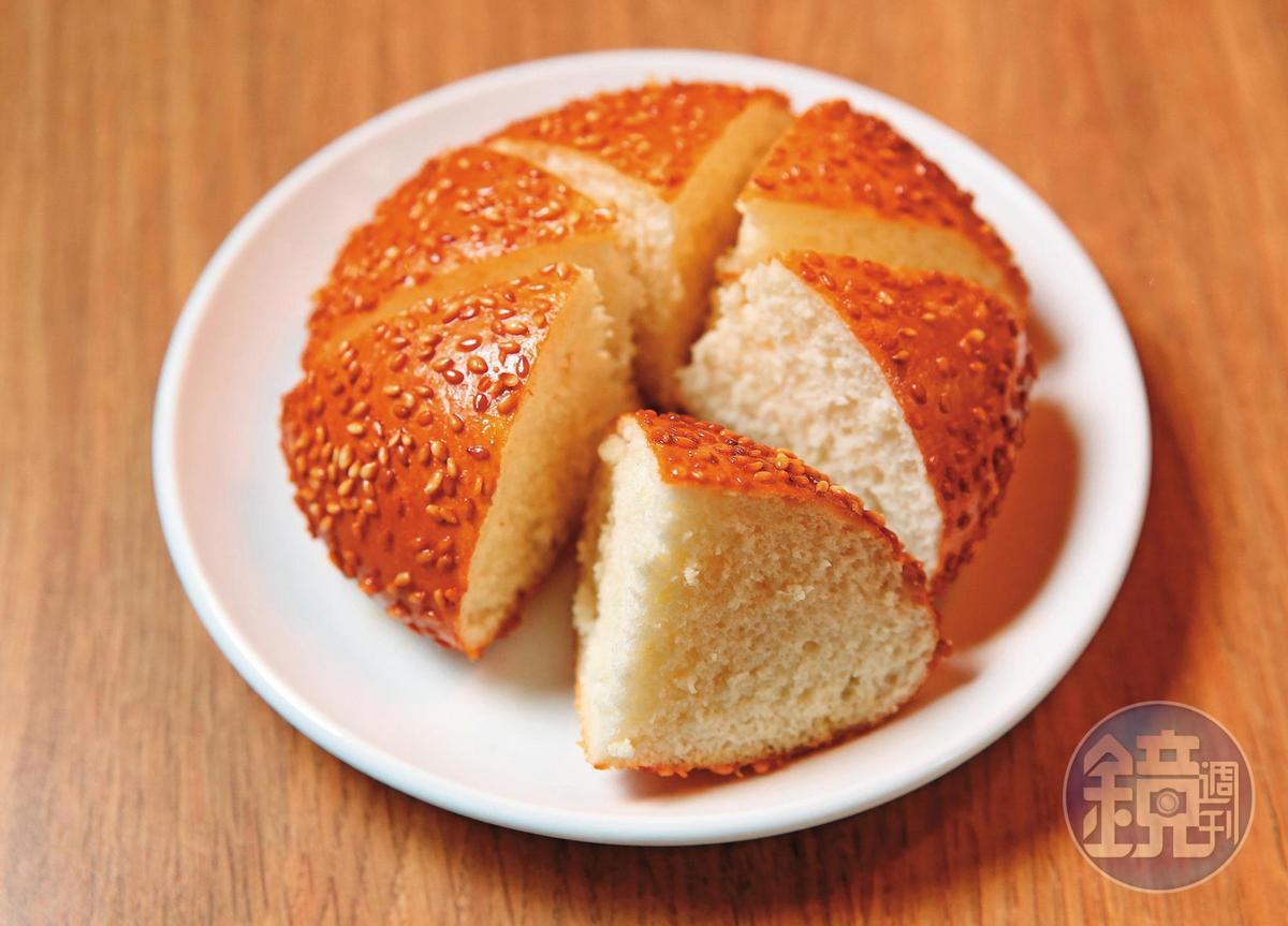 在上海學會的麻餅,經張永華改良,口感變得鬆軟。製作方式費工,訣竅是要掌握好發酵時間,再進蒸籠蒸。