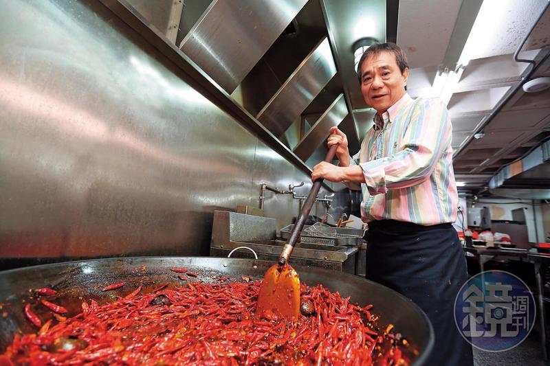 8年沒碰火鍋湯頭的張永華,十分珍惜再掌湯勺的機會。一大鍋麻辣底,用香料、中藥一層層加入,慢慢熬製而成。