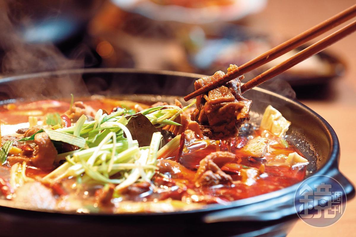 啤酒鴨是15種鍋底的其中之一,張永華說:「這鍋外面也一樣吃不到。」