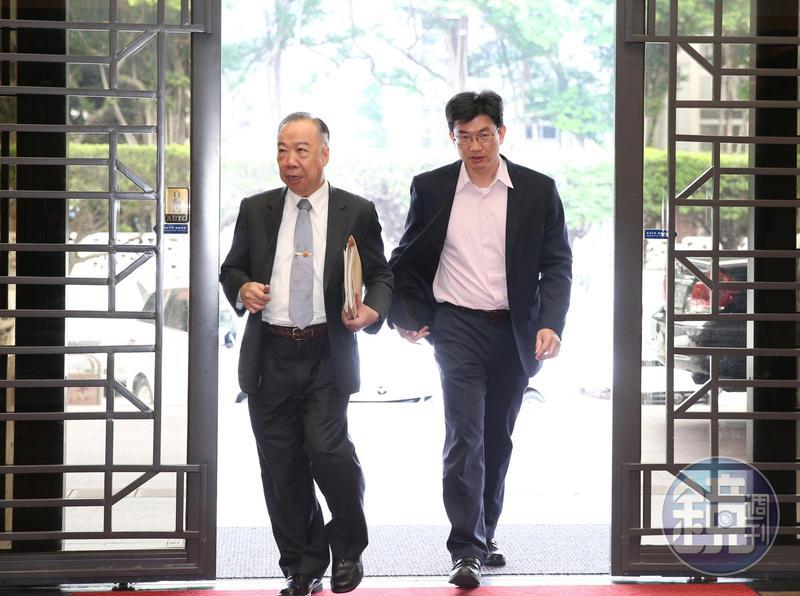 高檢檢察長王添盛(左)將調查報告完整內容提供給檢審委員一一參考。