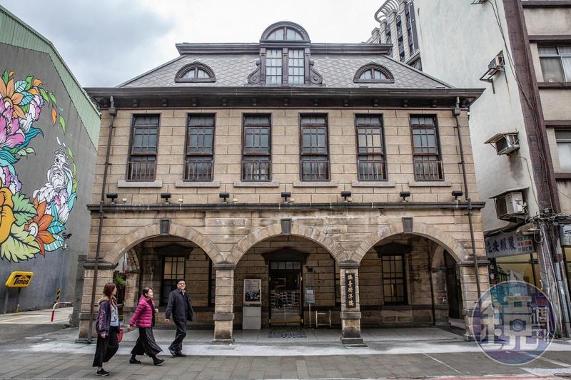 和一般連棟式街屋不同,「撫臺街洋樓」是日治時期獨棟式洋式店鋪。