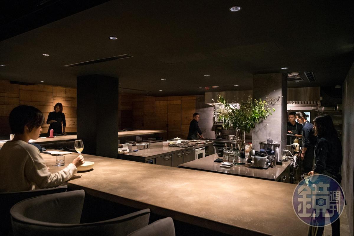 混凝土灰黑色調的L型吧台座位共可容納13人。