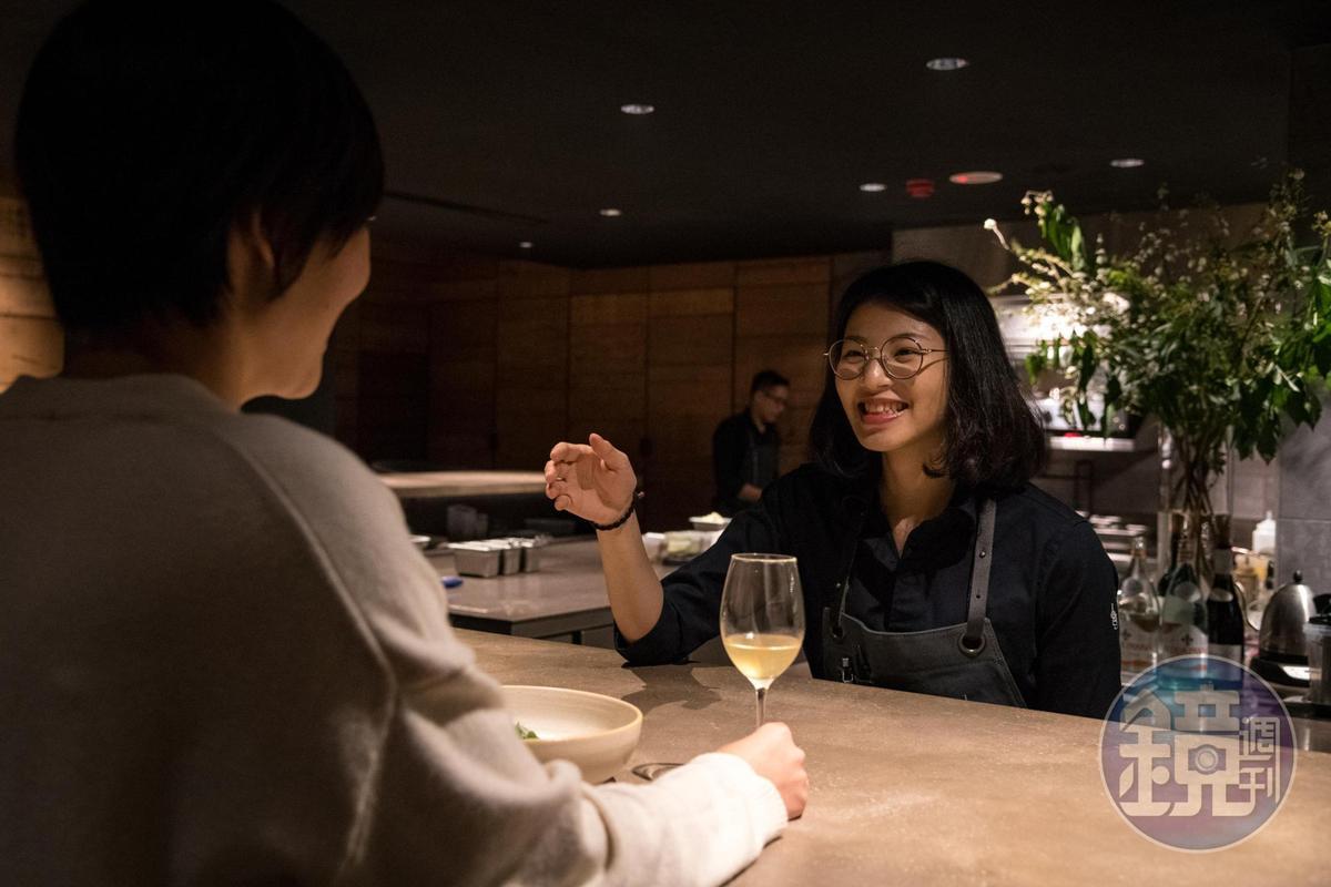 無論內外場都能親切的向客人說明菜色。