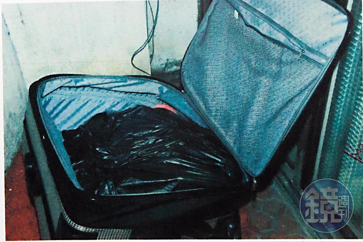 行李箱裡一包黑色塑膠袋,裝著3隻馬爾濟斯狗屍。