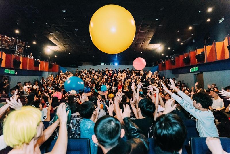 《洛基恐怖秀》特有的滾大球形式暖場,成為放映活動儀式的一部分。(金馬執委會提供)