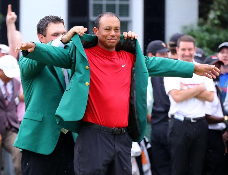 老虎伍茲重返榮耀,繼2005年之後再度拿下美國名人賽冠軍,披上綠夾克。(東方IC)
