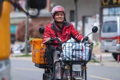 中國一名快遞員被發現原來是個千萬富翁。(翻攝自秦楚網)