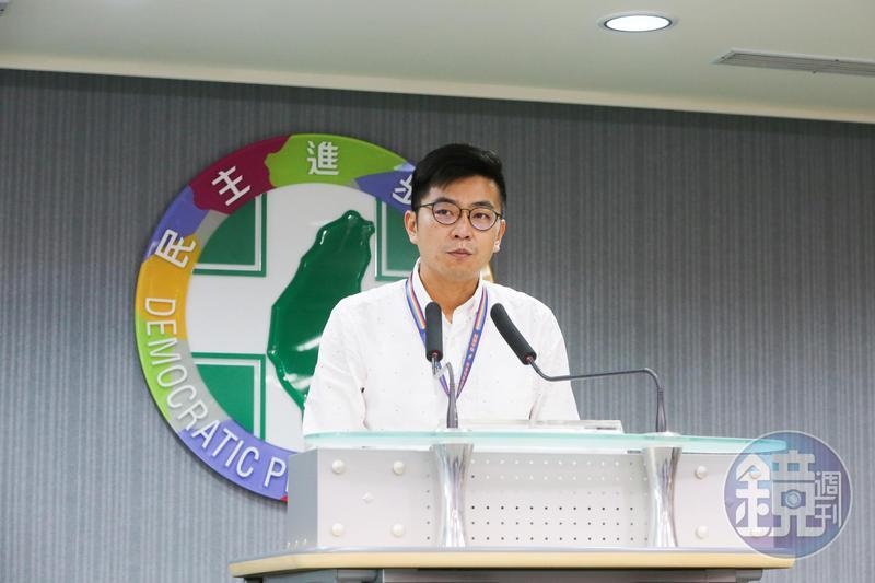 高雄市長韓國瑜批前三任台大法律畢業總統搞殘台灣經濟,民進黨中央黨部今舉出各種數據回覆,韓只說對三分之一,且是馬英九的傾中政策害的。