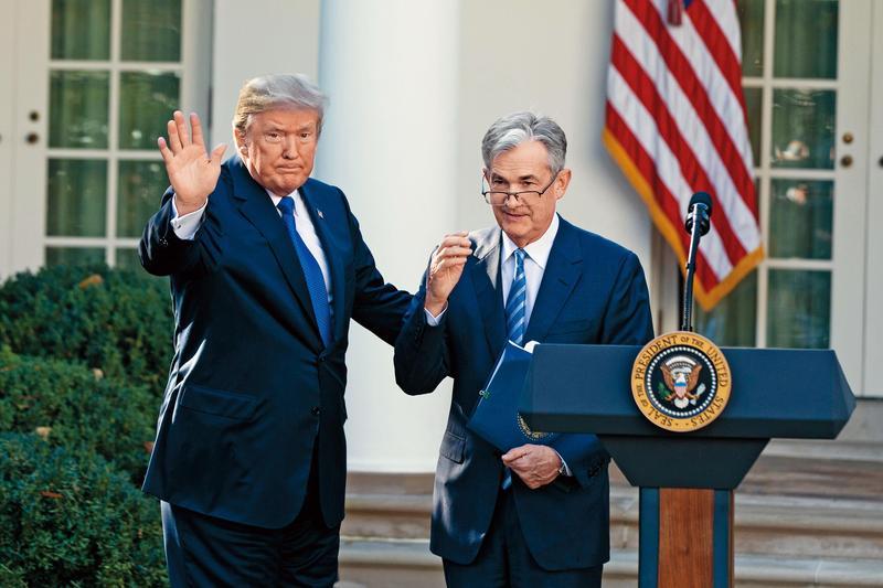 根據目前美國總統川普(左)及美國聯準會對利率的反應,看起來距離高點不遠,持有債券有一波價差可賺。(東方IC)