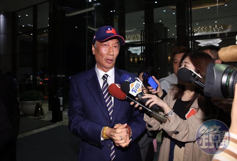 被追問力挺韓國瑜選總統風波一事,郭董僅表示,「我不曉得你們在說什麼,我今天一直忙到現在,今天不講外面的新聞。」