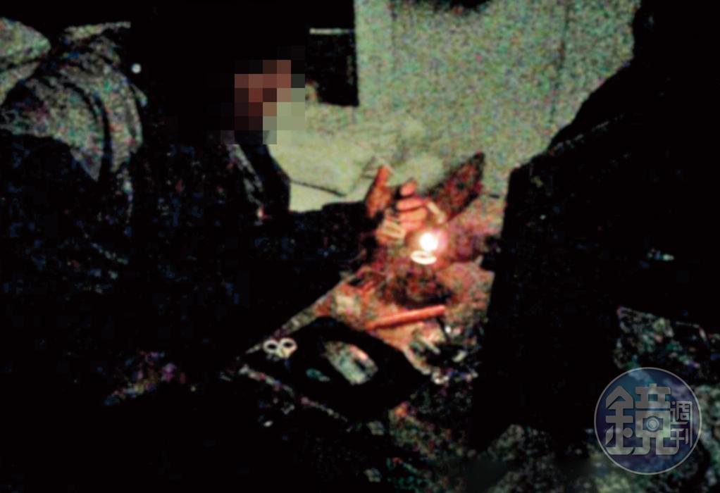 暗室吸毒:付完錢,毒蟲被帶進彩券行後方的小房間吸食安非他命。(讀者提供)