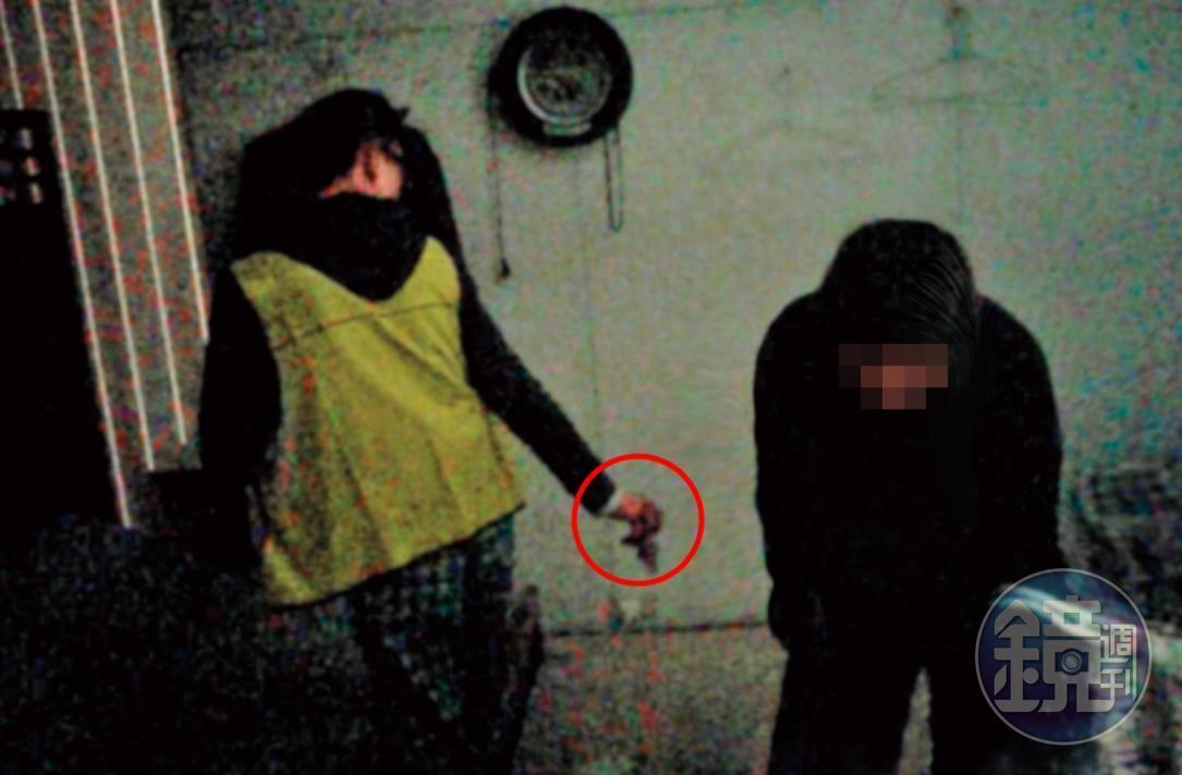 交付毒品:殘障人士(左)不僅販賣安非他命(紅圈處),還提供吸食器。(讀者提供)
