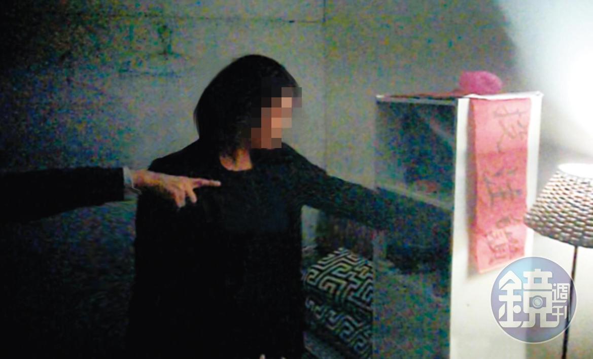 顧店的殘障人士指示毒蟲從櫃子裡拿出安非他命吸食器。(讀者提供)