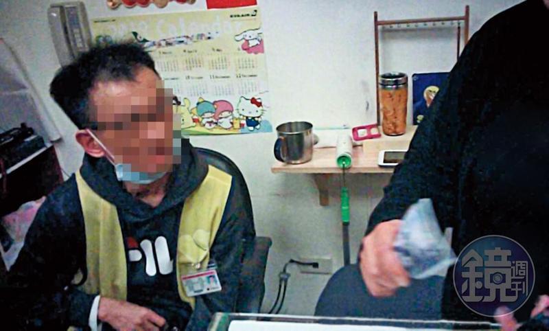 現金交易:毒蟲(右)將2,400元交給顧店的殘障人士(左),購買1公克安非他命。(讀者提供)